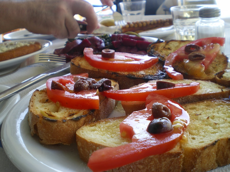 Ελληνική μπρουσκέτα με ντομάτα, ελιές, ελαιόλαδο και ρίγανη εικόνα