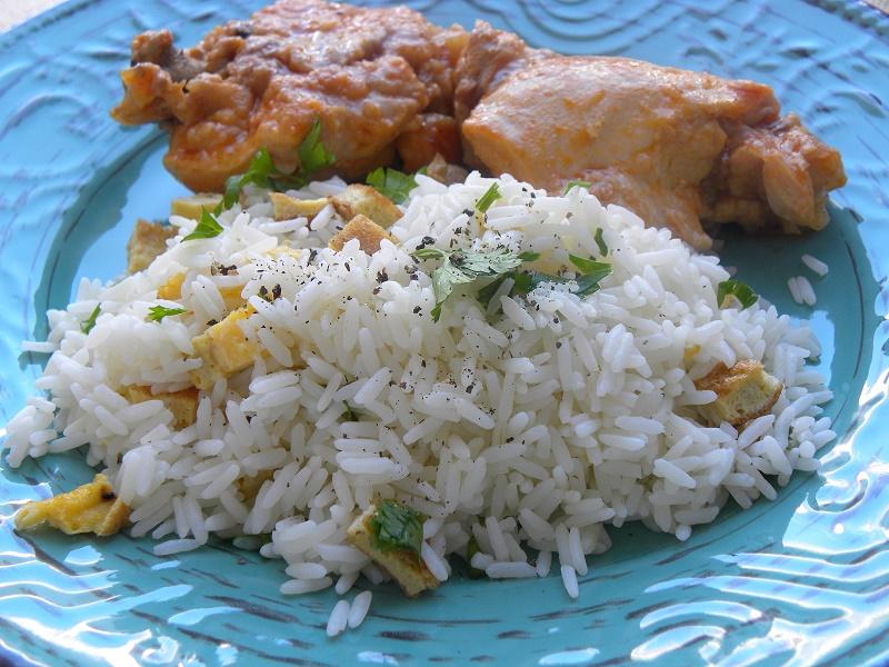 ρύζι πιλάφι με κοτόπουλο κοκκινιστό εικόνα