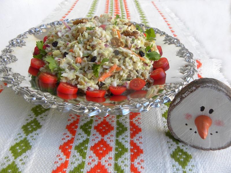 Εορταστική λαχανοσαλάτα με ντοματίνια, καρότο και μαϊντανό εικόνα