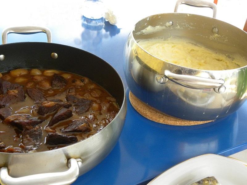 μοσχάρι στιφάδο με πατάτες πουρέ εικόνα
