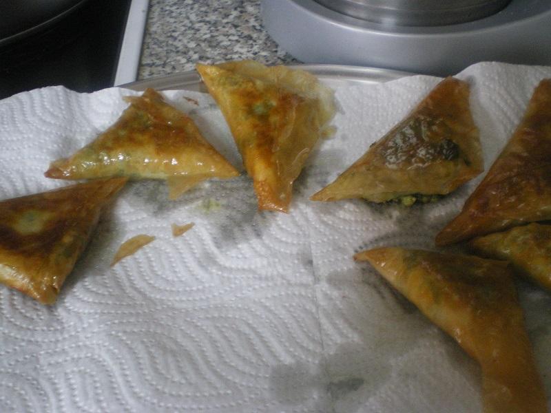 Σπανακοπιτάκια σε χαρτί κουζίνας εικόνα