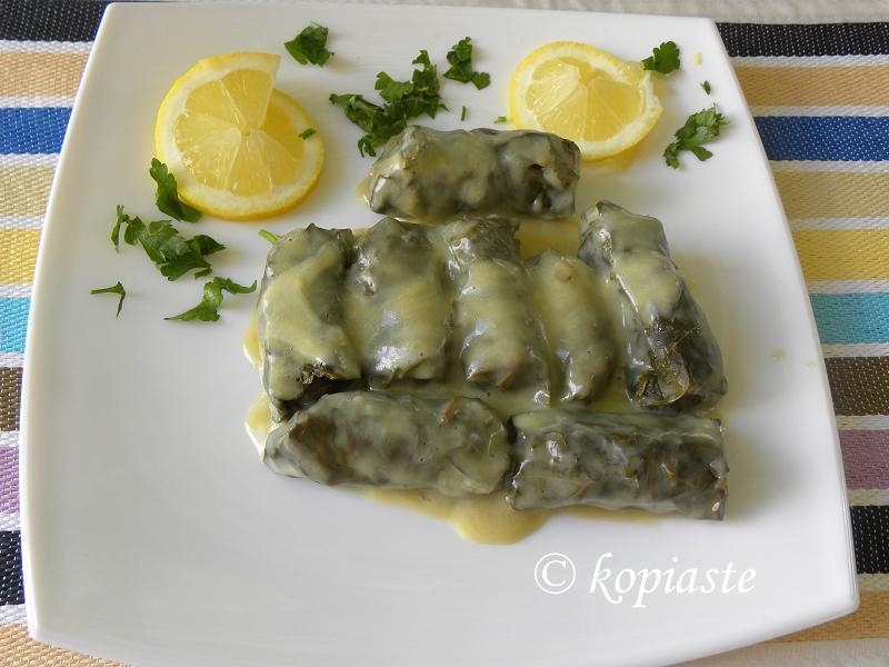 Ντολμαδάκια γιαλαντζί στο πιάτο με φέτες λεμονιού εικόνα