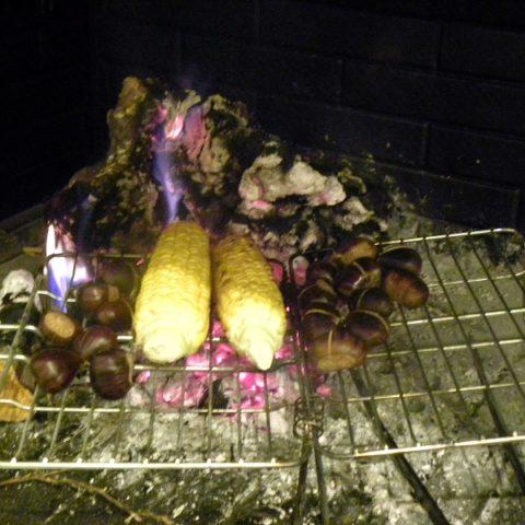 κάστανα και καλαμπόκι στα κάρβουνα εικόνα