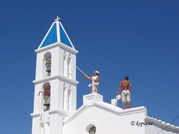 Μια μικρή εκκλησία που τη βάφουν
