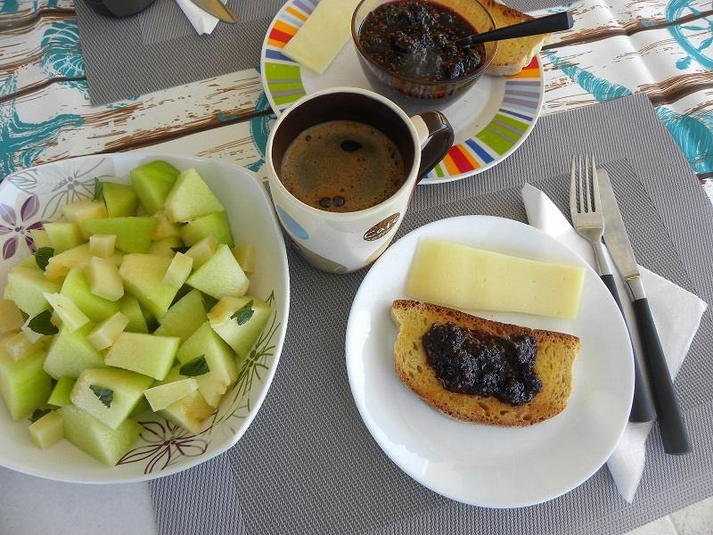 Πρωινό με καφέ, φρυγανιά,τυρί, μαρμελάδα και πεπόνι εικόνα
