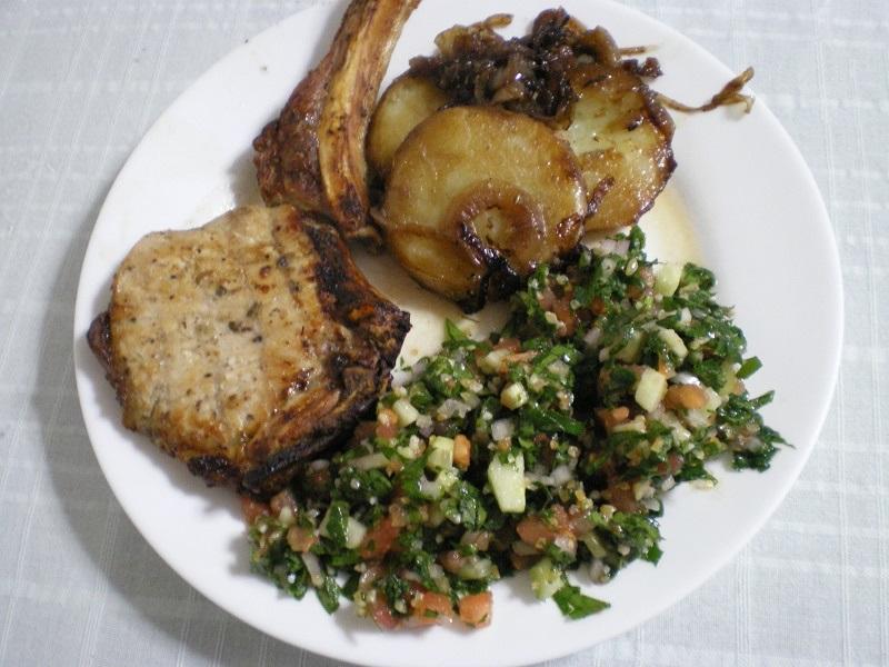 μπριζόλα με ταμπούλι και πατάτες εικόνα