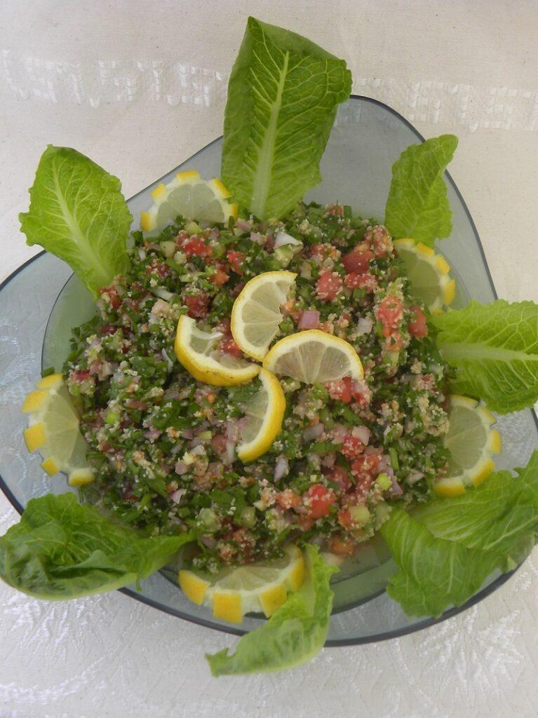 σαλάτα ταμπουλέ με φέτες λεμονιού εικόνα