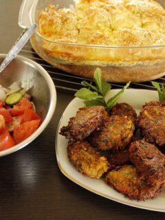 κολοκυθοκεφτέδες με τυρόπιτα και σαλάτα εικόνα