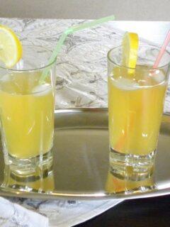 Δυό ποτήρια λεμονάδα σε δίσκο εικόνα