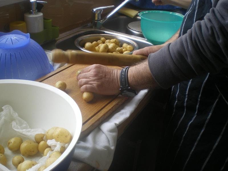 σπάμε τις πατάτες με τον πλάστη εικόνα