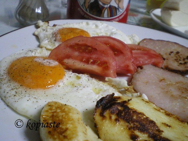 Πρωϊνό με αυγά και χαλλούμι εικόνα