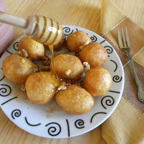 lλουκουμάδες με μέλι και καρύδια φωτογραφία