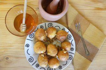 λουκουμάδες με μέλι και καρύδια εικόνα