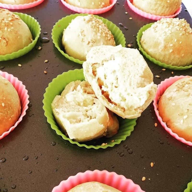 Ψωμάκια γεμιστά με γραβιέρα και φέτα εικόνα