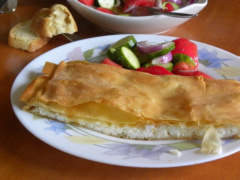 Η κλασσική τυρόπιτα με σπιτικό φύλλο εικόνα