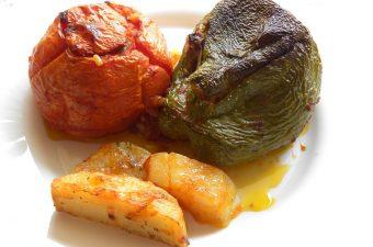 μιά γεμιστή ντομάτα και πιπεριά με πατάτες εικόνα