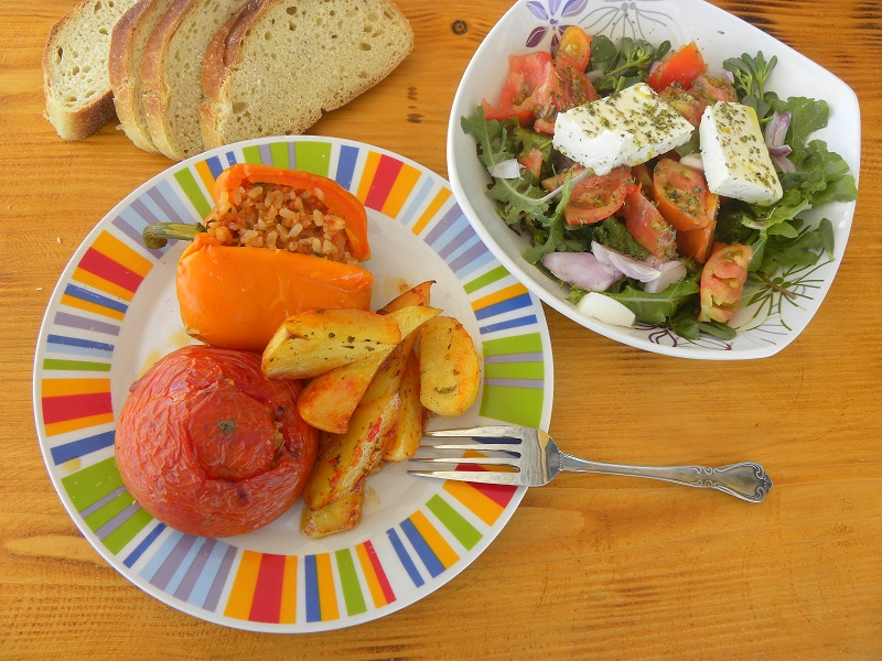 Γεμιστά με ντομάτες και πολύχρωμες πιπεριές εικόνα