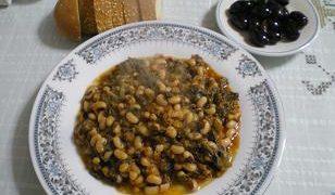 Λουβί γιαχνί (Μαυρομάτικα φασόλια) με σπανάκι και σέσκουλα