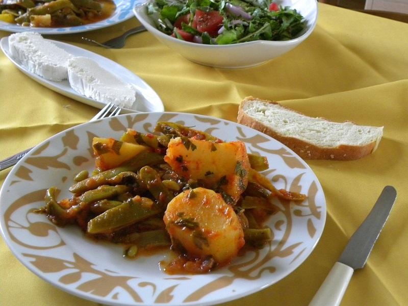 Φασολάκια μπαρμούνια με πατάτες γιαχνί, σαλάτα και φέτα εικόνα