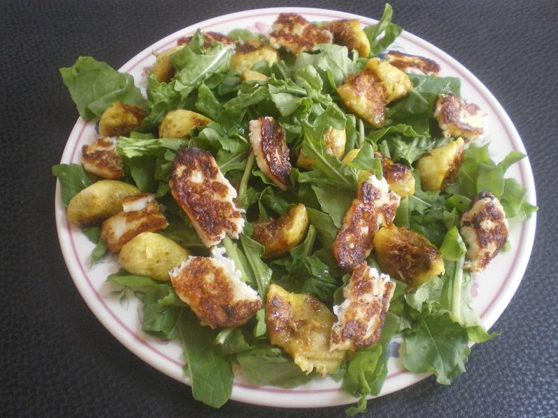 Σαλάτα ρόκας με σύκα και χαλούμι εικόνα