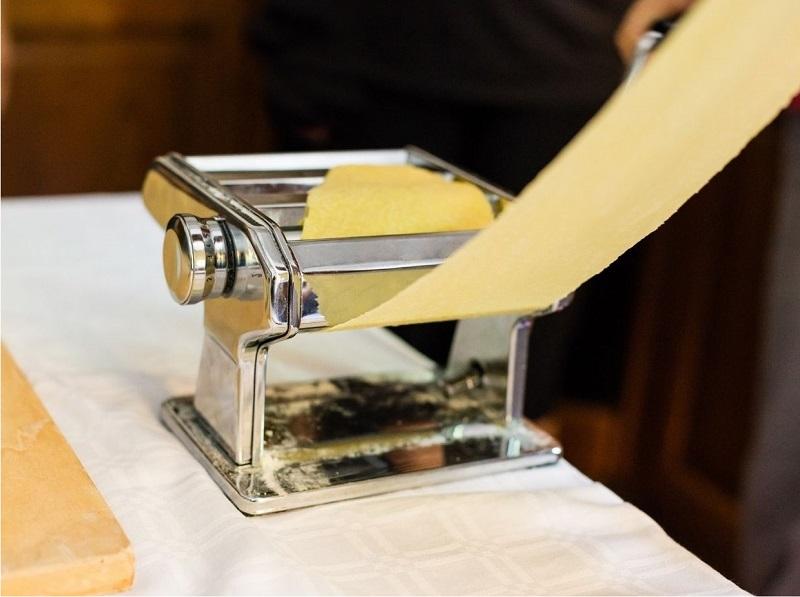 Ανοίγω φύλλο στη μηχανή των ζυμαρικών εικόνα