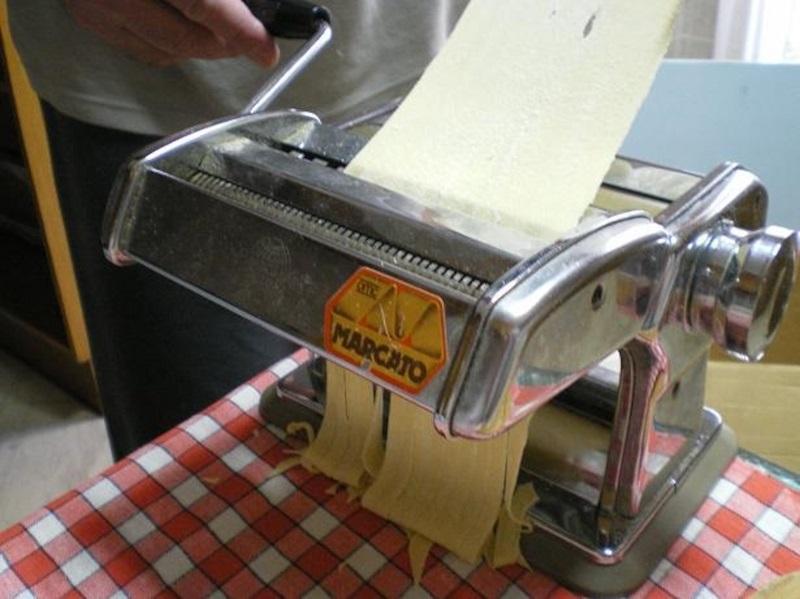 Φτιάχνω ζυμαρικά με τη μηχανή των ζυμαρικών εικόνα