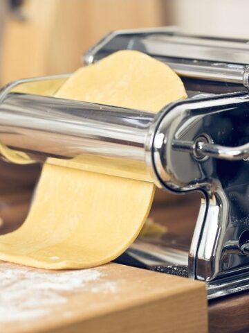 Πώς Ανοίγουμε Σπιτικό Φύλλο με τη Μηχανή των Ζυμαρικών