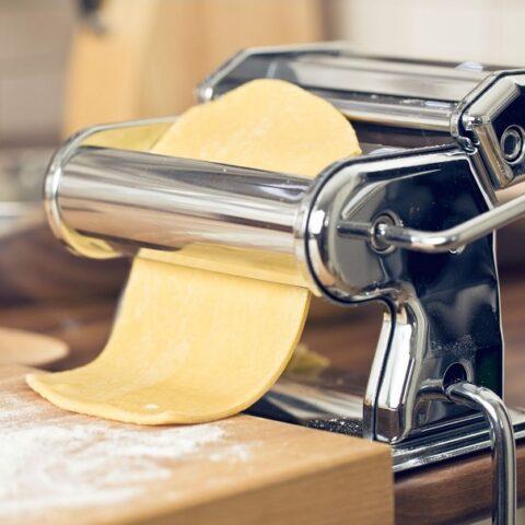 ανοίγω φύλλο με τη μηχανή των ζυμαρικών εικόνα