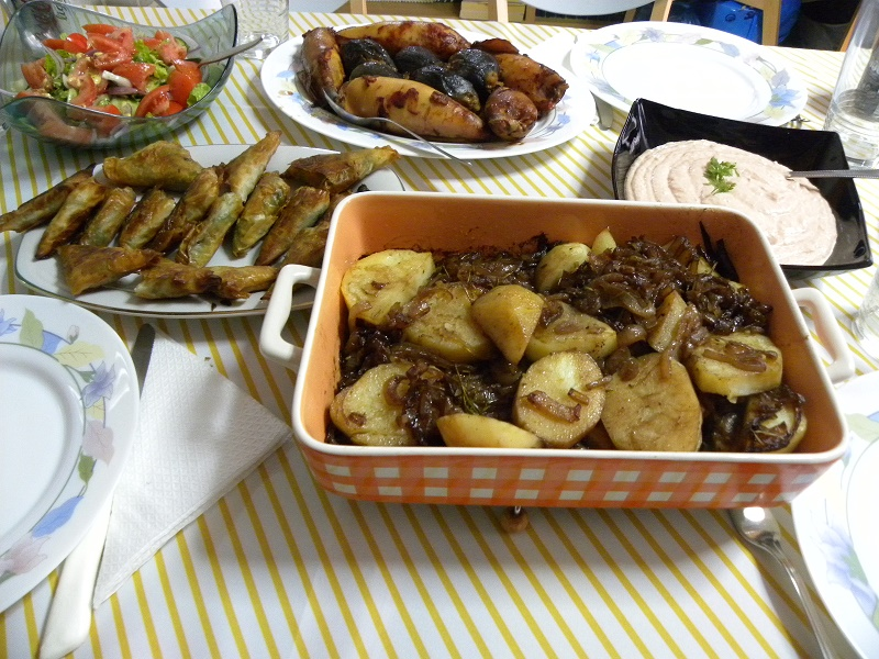 Διάφορα νηστίσιμα φαγητά με Πατάτες Λυωνέζ εικόνα