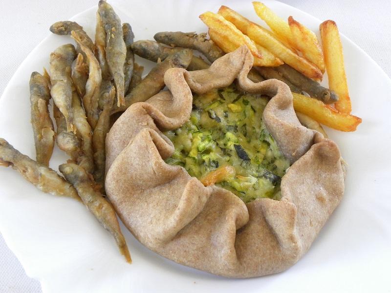 Κουκουλόπιτα με συνοδευτικό ψάρι και πατάτες τηγανιτές εικόνα