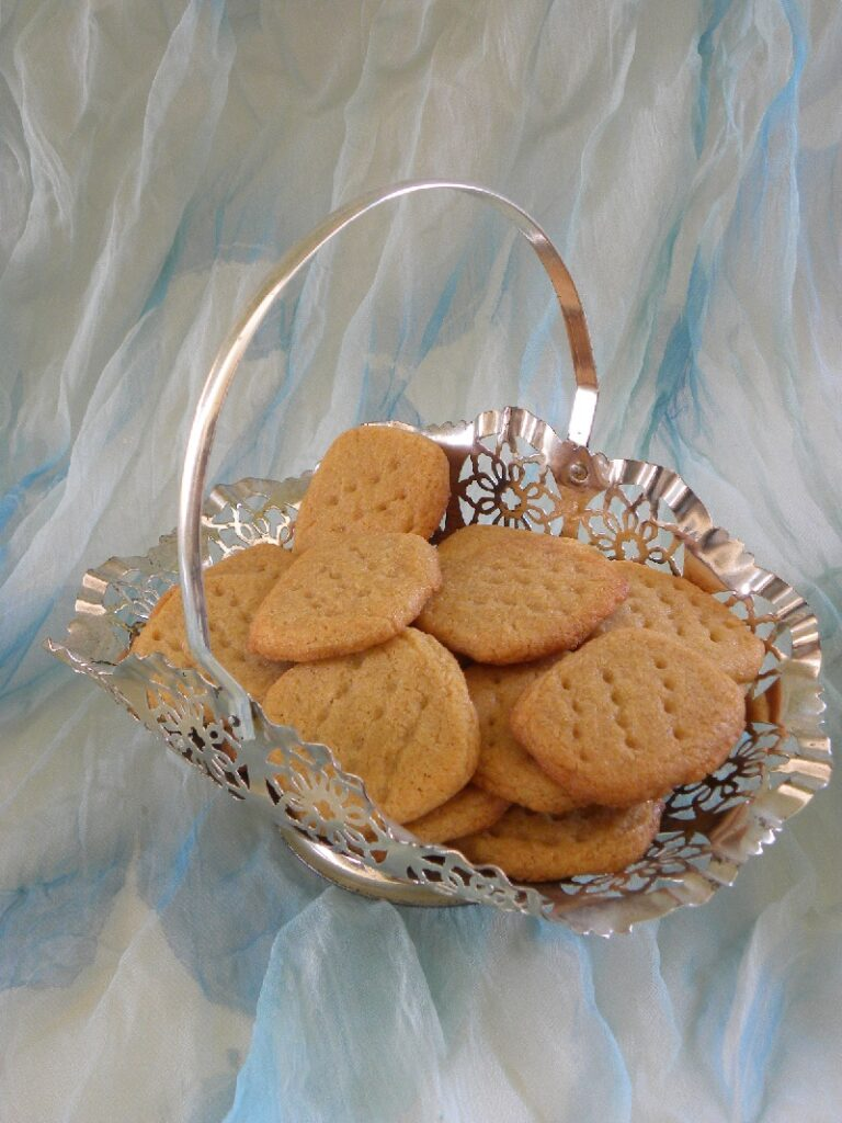 μπισκότα με φυστικοβούτυρο σε ασημένιο μπολ εικόνα