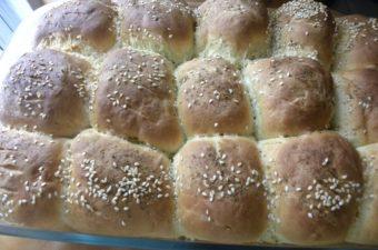 ψωμάκια με πράσινες ελιές και φέτα εικόνα