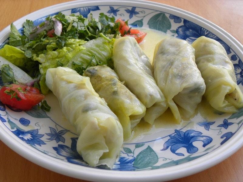 Λαχανοντολμάδες με σαλάτα εικόνα