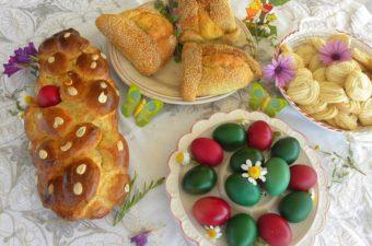 Τσουρέκι, φλαούνες, κουλουράκια, αυγά βαμμένα εικόνα