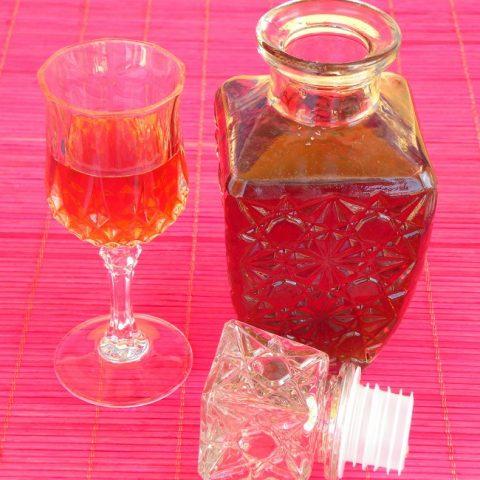 λικέρ κεράσι σε μπουκάλι και ποτηράκι εικόνα