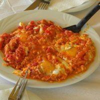 Καυτερός Καγιανάς με Πιπεριές & Αυγά Ποσέ