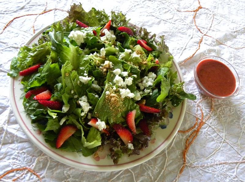 Ανοιξιάτικη Πράσινη Σαλάτα με Φράουλες και Φέτα και φράουλες εικόνα