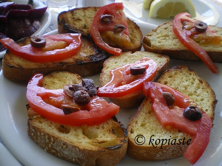 Fetes me psomi olives and tomato