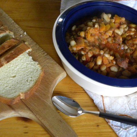 φασολάδα με λουκάνικο και ψωμί εικόνα