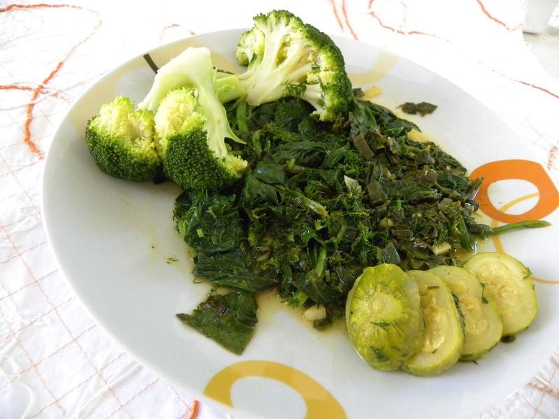 σπανάκι, μπρόκολο και κολοκυθάκια σαλάτα φωτογραφία