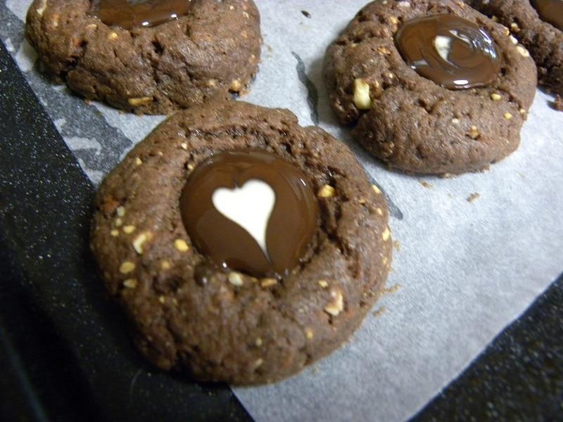Σοκολατένια Κούκις Θάμπριντ Αμυγδάλου με καρδούλα φωτογραφία