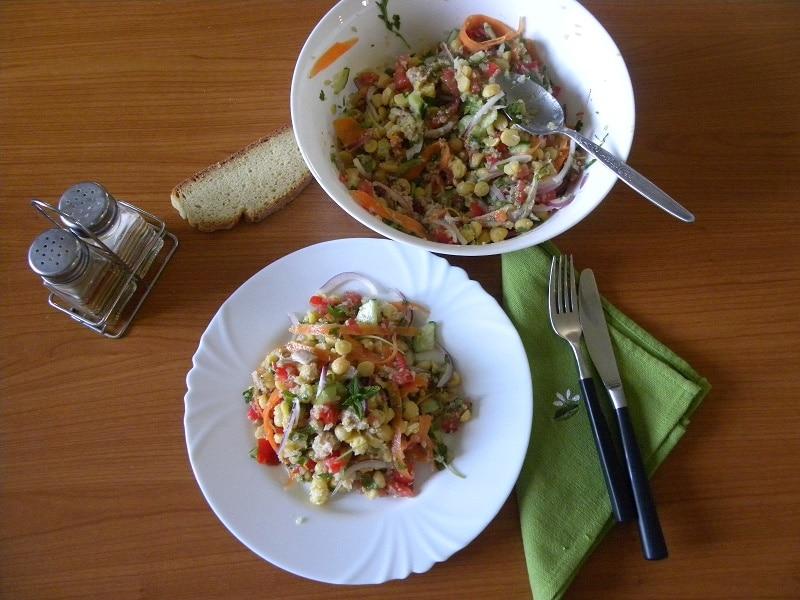 Καλοκαιρινή Σαλάτα με Ρεβίθια, Κινόα και Ταχίνι