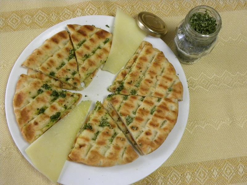 Ελληνικές πίτες με ελαιόλαδο και αλάτι βασιλικού εικόνα