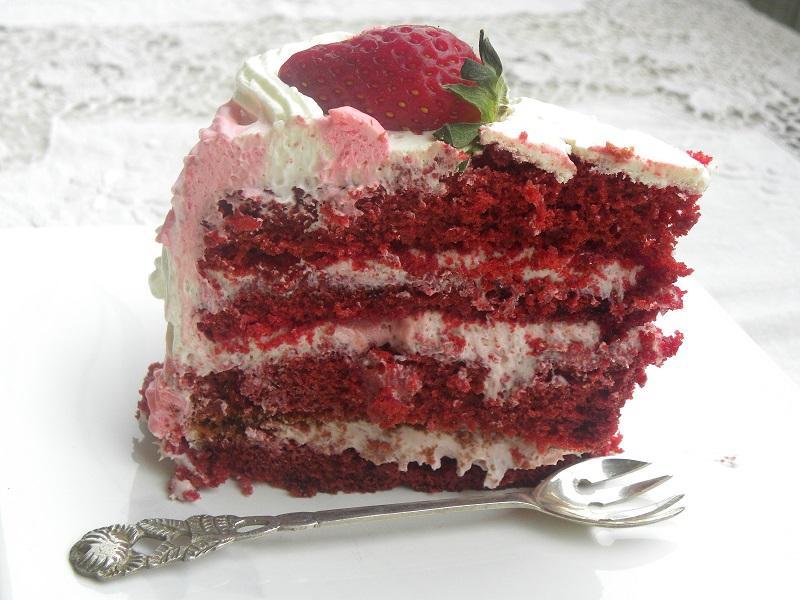 φραουλένια τούρτα κόκκινο βελούδο κομμένη εικόνα