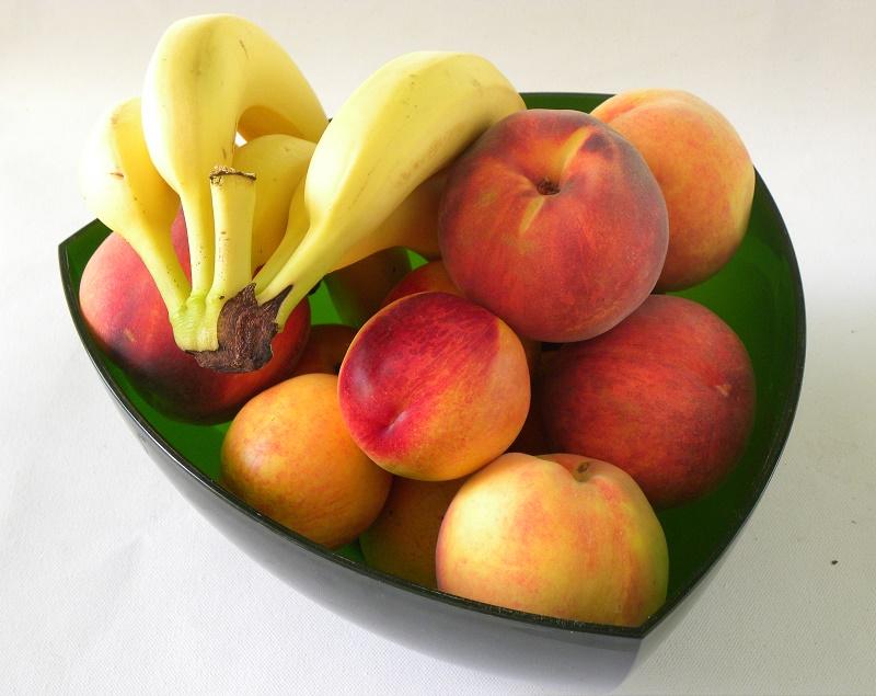Καλοκαιρινά φρούτα σε πράσινο μπολ εικόνα