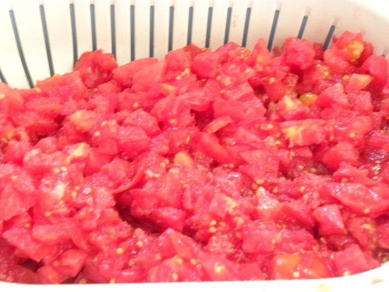 ξεφλουδισμένες και κομμένες ντομάτες εικόνα