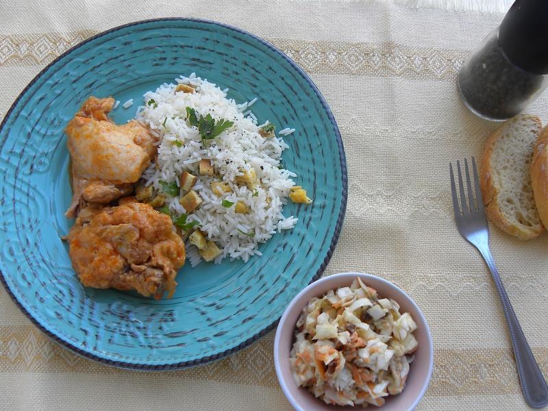 κοτόπούλο κοκκινιστό με ρύζι και σαλάτα εικόνα
