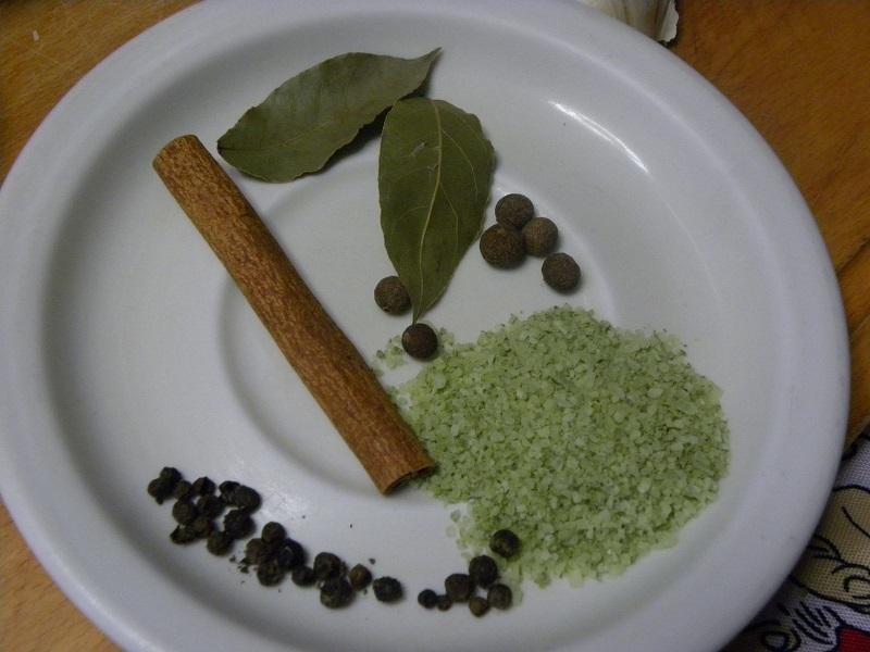 Μπαχαρικά θαλασσινό αλάτι, κόκκοι πιπέρι, μπαχάρι, κανέλα και φύλλα δάφνης