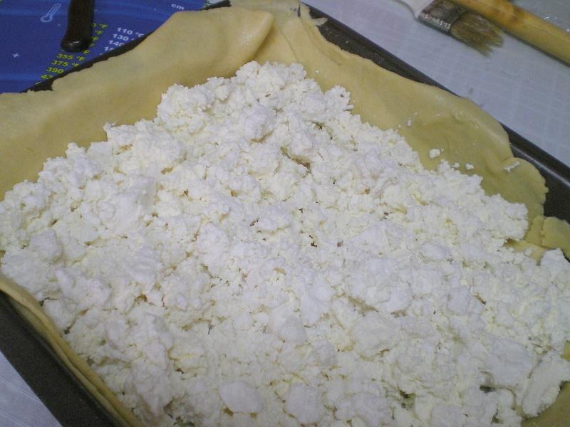 γέμιση φέτας στην τυρόπιτα εικόνα