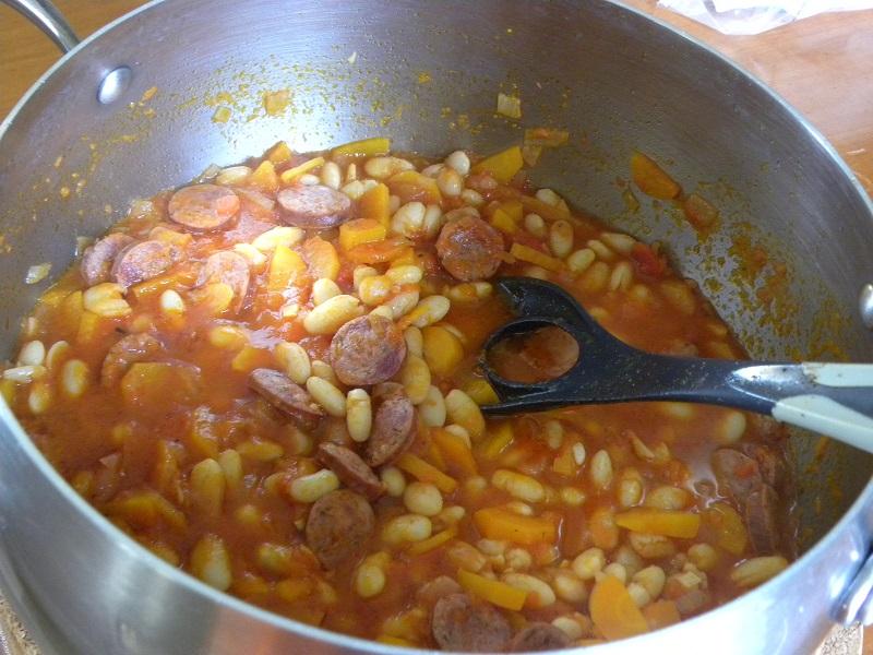 φασολάδα που μαγειρεύεται με λουκάνικο φωτογραφία